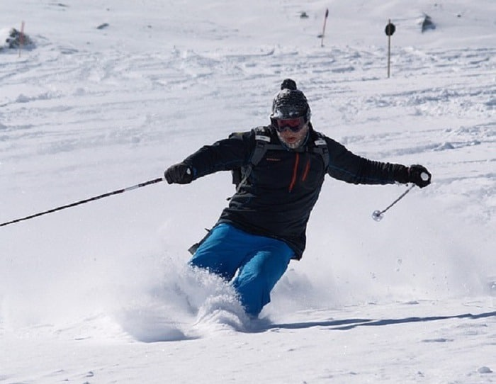keep-on-moving-when-skiing-powder-resize