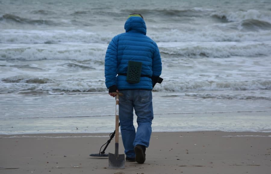 metal-detecting-on-beach